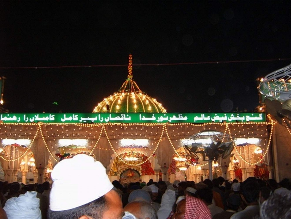 Beautiful-Night-View-Of-Darbar-Hazrat-Data-Ganj-Bakhsh-At-Urs-mubarak
